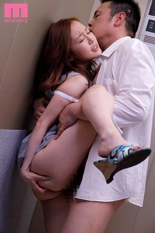エレベーターの故障で2人っきり… 汗だく密着性交 篠田ゆう キャプチャー画像 2枚目