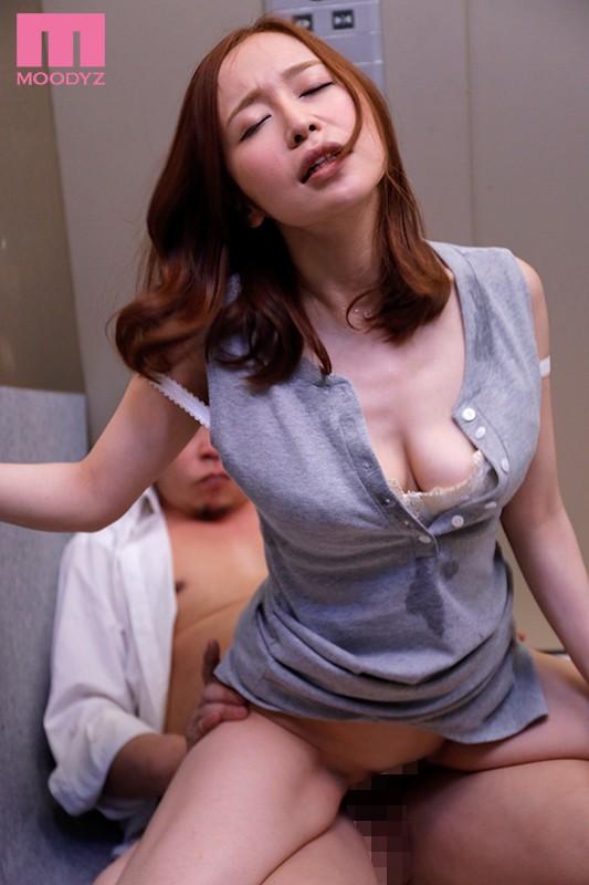 エレベーターの故障で2人っきり… 汗だく密着性交 篠田ゆう キャプチャー画像 3枚目
