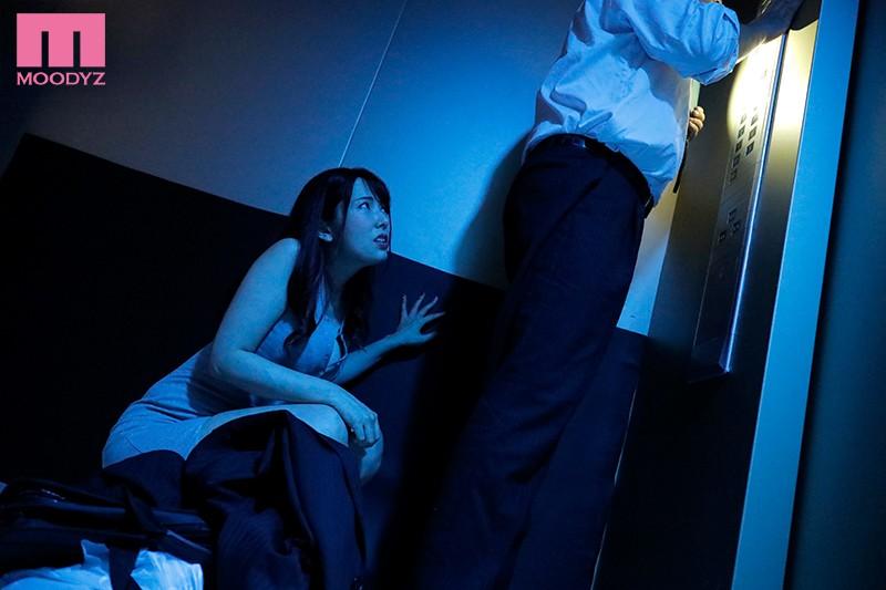エレベーターの故障で2人っきり… 汗だく密着性交 波多野結衣 1枚目