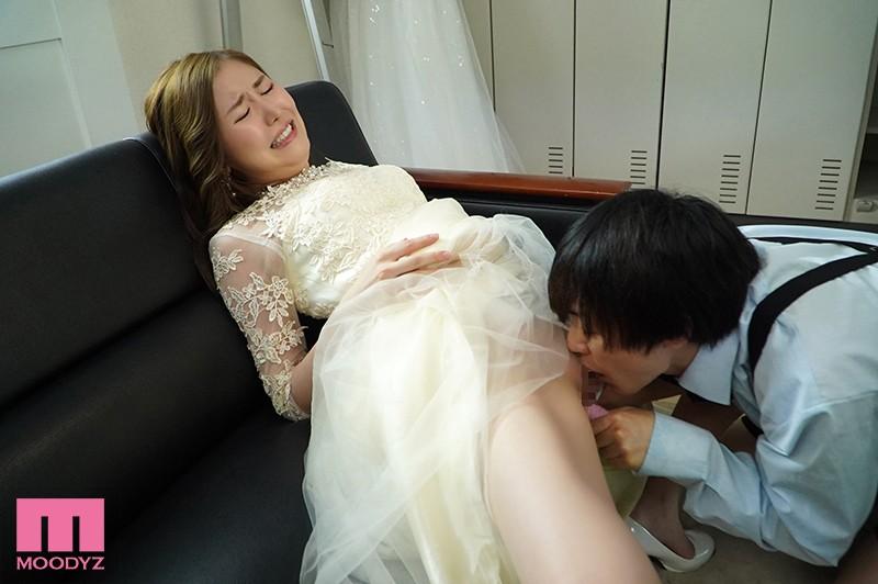 結婚式中、親族が側にいるのにワレメ大好きショタ坊のスカート潜入膣いじりで痙攣失禁させられるイクイク花嫁 東希美 キャプチャー画像 1枚目