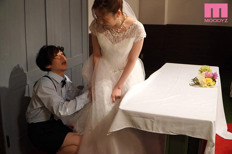 結婚式中、親族が側にいるのにワレメ大好きショタ坊のスカート潜入膣いじりで痙攣失禁させられるイクイク花嫁 東希美 キャプチャー画像 3枚目