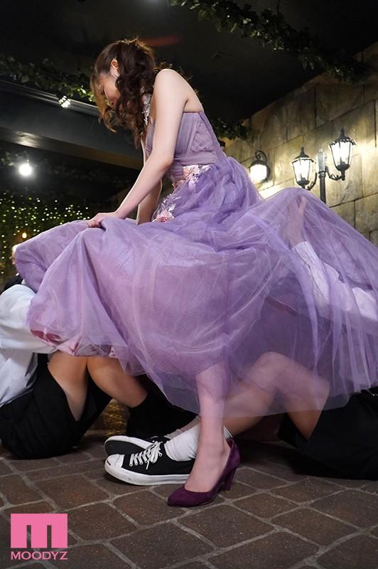 結婚式中、親族が側にいるのにワレメ大好きショタ坊のスカート潜入膣いじりで痙攣失禁させられるイクイク花嫁 東希美 キャプチャー画像 8枚目