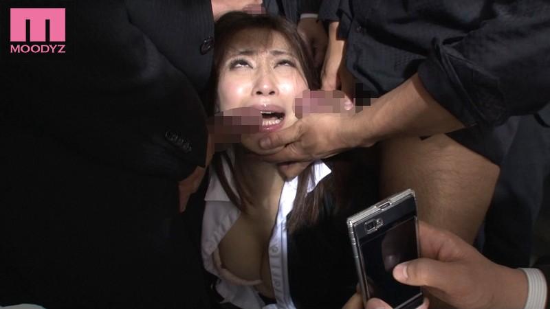 【乱交】 目の前で痴漢に犯されていく女-そして助けられない僕。 キャプチャー画像 4枚目