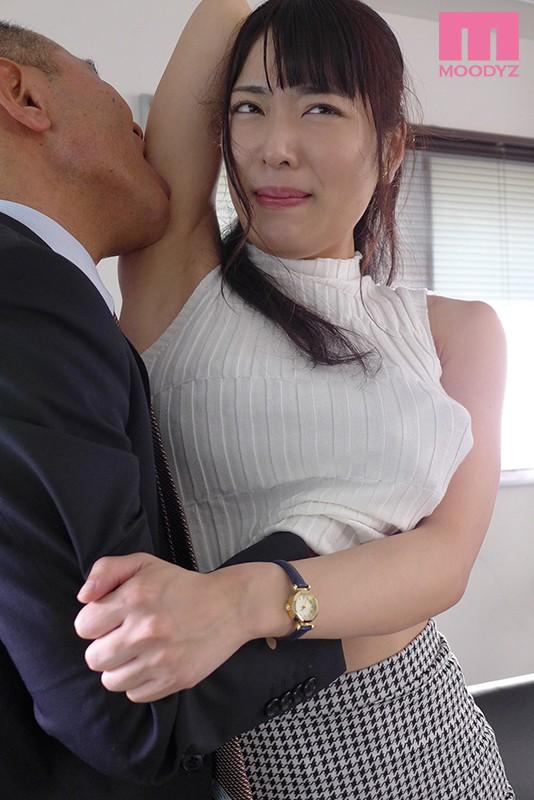 ミスした僕の代わりに女上司のクレーム対応。憧れの先輩が取引先の濃厚オヤジ達の性処理中出し奴●に堕ちていた… 由愛可奈 1枚目