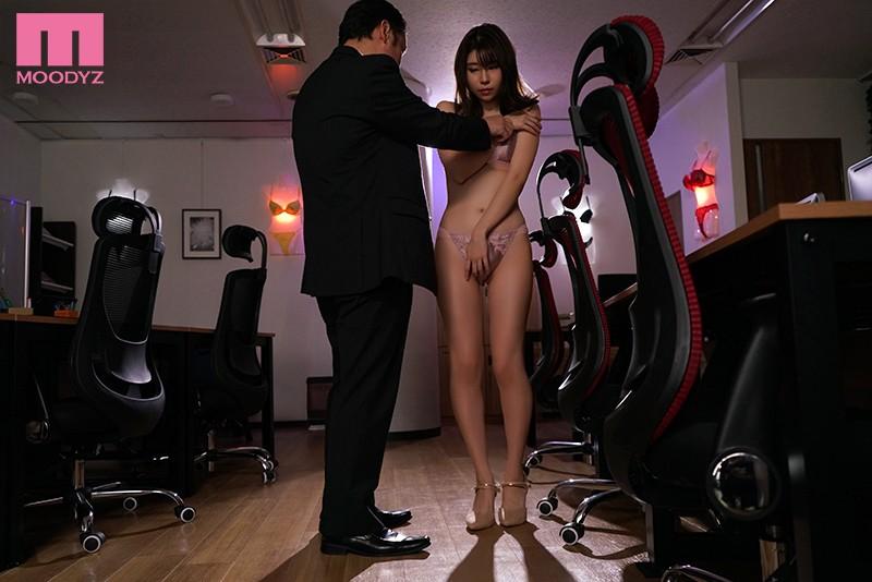 大嫌いなゲス上司に卑猥な下着モデルをさせられたアパレル会社新米OL 二見れい 画像1