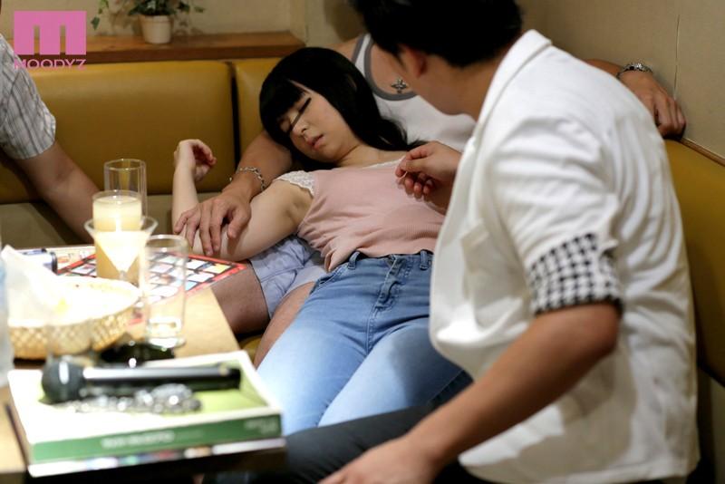 【泥酔】 ヤリサーで清純な女子大生に昏睡率100%の劇薬カプセルを飲ませてレ×プ! キャプチャー画像 3枚目