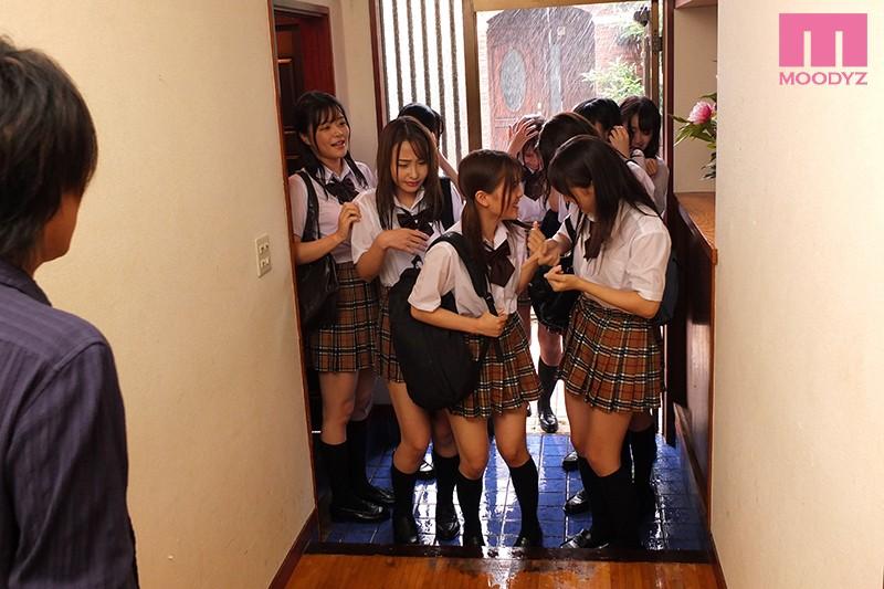制服びしょ濡れ雨宿り 濡れ透け姉と友達の10人に襲われて中出ししまくった大雨の放課後 画像1