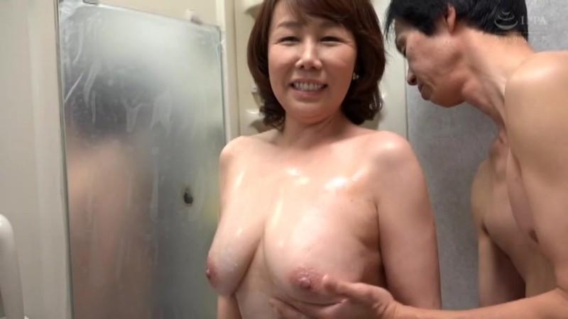 さわやかな笑顔と極め付きの淫乱 巨乳の五十路妻がAVデビュー 真田紗也子 キャプチャー画像 1枚目