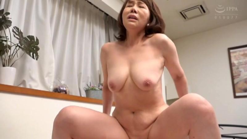 さわやかな笑顔と極め付きの淫乱 巨乳の五十路妻がAVデビュー 真田紗也子 キャプチャー画像 10枚目
