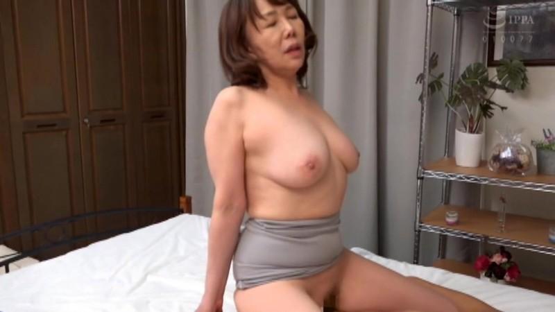 さわやかな笑顔と極め付きの淫乱 巨乳の五十路妻がAVデビュー 真田紗也子 キャプチャー画像 17枚目