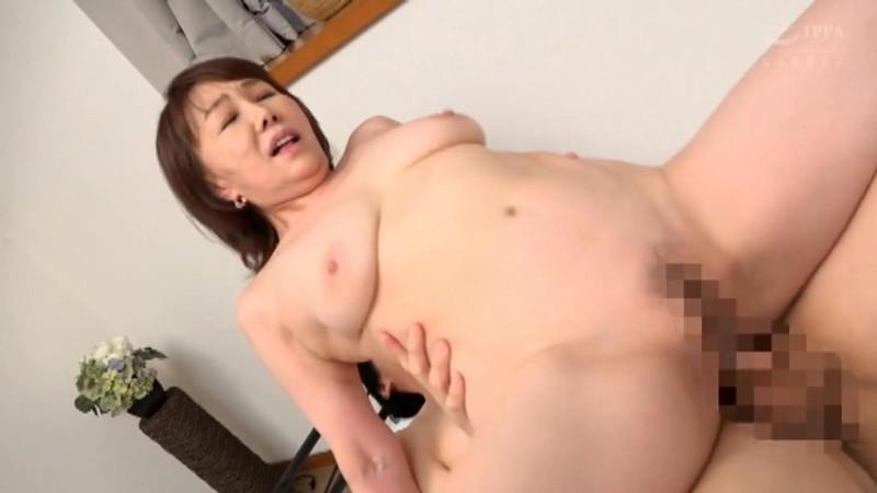 さわやかな笑顔と極め付きの淫乱 巨乳の五十路妻がAVデビュー 真田紗也子 キャプチャー画像 9枚目
