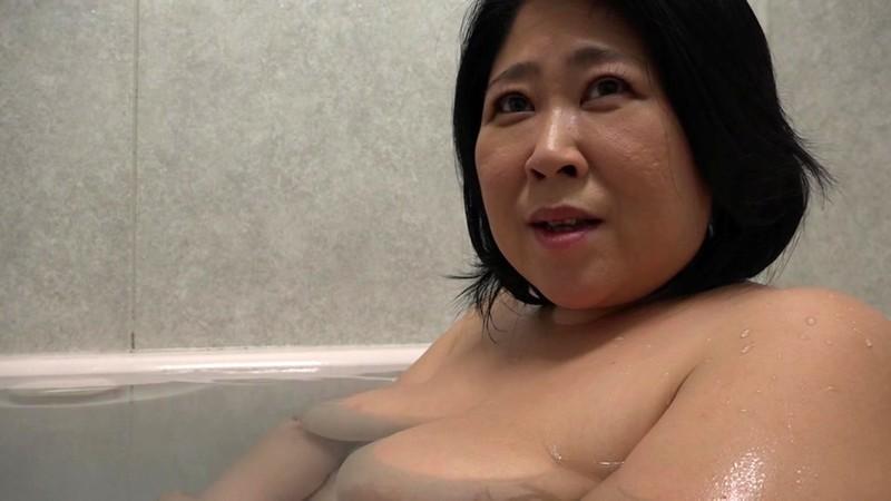 巨大124センチ乳房の五十路妻が潮吹きっぱなしでAVデビュー 野沢ゆかり 画像13
