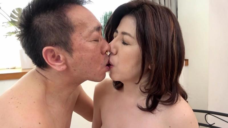 白くて丸い肉感たっぷり美尻の五十路妻がAVデビュー! 石田かほり