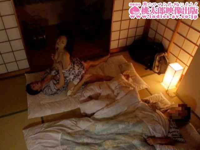 隣に旦那が寝てるのよ...声も出せずに啜り喘ぐ落ちた美人妻10人 の画像15