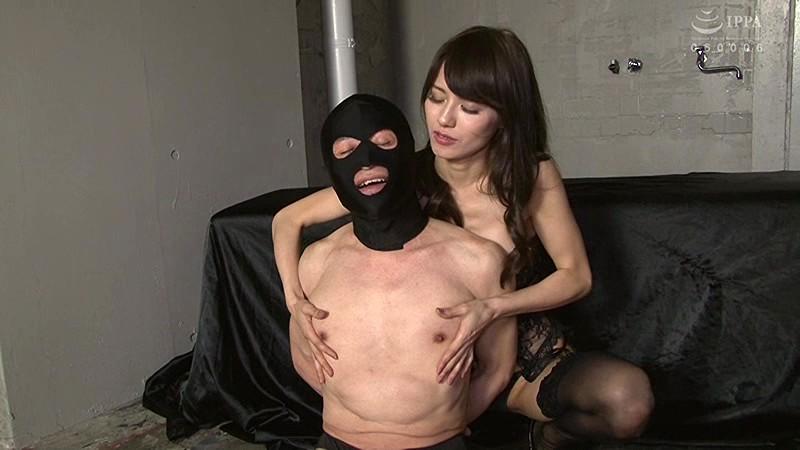 武藤あやかがM男の乳首を触る