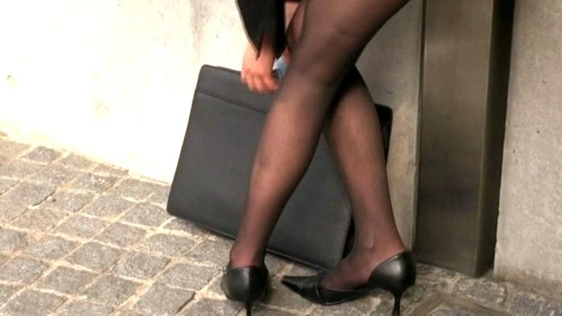 どんなに暑い日でもストッキングにパンプスを履いているOLの蒸れ蒸れになった足にすごくムラムラしちゃうんです 画像2