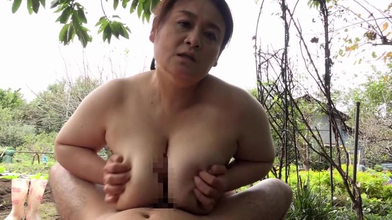 山奥でおばさん達が全裸で農作業をしている農園があると聞き訪ねてみると、そこは3P4P当たり前の青姦セックス解放区だった!