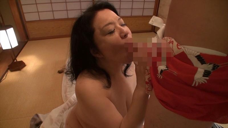 こんなおばさんに何するの!女を忘れた場末の温泉宿の熟女(女将/仲居/女性客)でも密室で絶倫チ○ポに迫られたら なすすべはない… 画像5