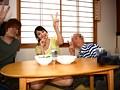 ホントは無理矢理マワされたのにヤツらに脅されピース写真を撮られた妻 葵千恵