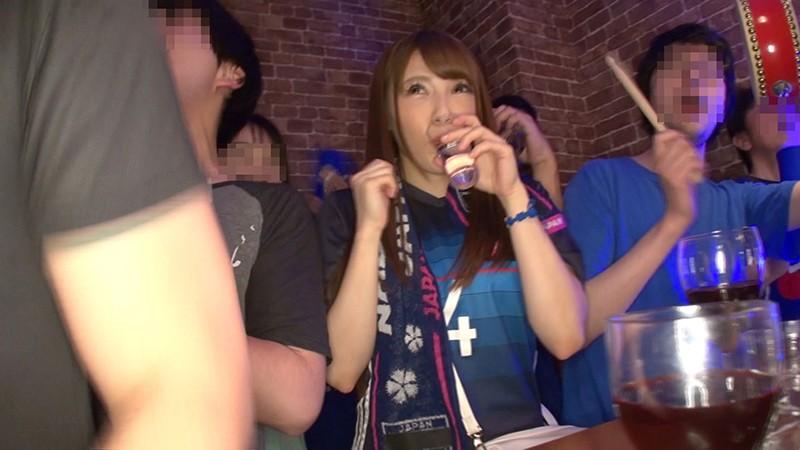 日本代表NTR スポーツバーで観戦中にドサクサにまぎれて揉みまくられた僕の彼女4 の画像10