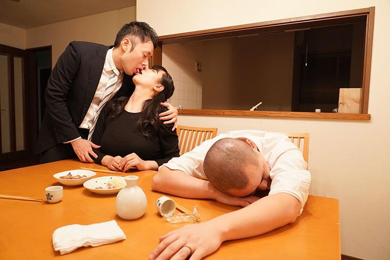夫の同僚に言い寄られて………独身で風俗マニアで無類の巨乳好きな同僚がウチの嫁(爆乳)に食いついてしまったようで…… 春菜はな キャプチャー画像 19枚目