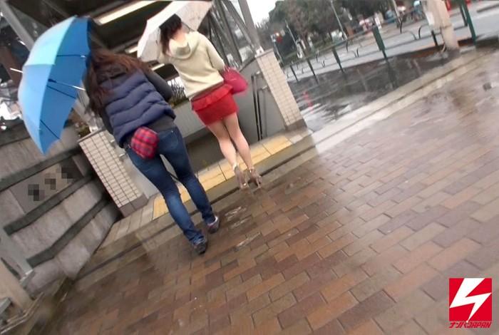 街角でナンパした素人娘たちはびっしゃ〜ぶっしゃ〜大洪水!!お潮を吹いて吹かせてぶっかけ潮まみれレズプレイ 女監督なんともJAPANが行く、お潮まみれのびしゃびしゃ濃厚レズナンパ編 画像1