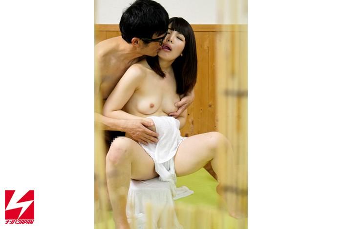 【美少女】 オフィス街で外回り中の男上司と女部下に『日頃、コミュニケーションは取れていますか?良かったら広いお風呂でお互いの信頼関係を深めませんか?』とナンパしたら、仲良くなりすぎてセックスまでしちゃってました。 キャプチャー画像 5枚目