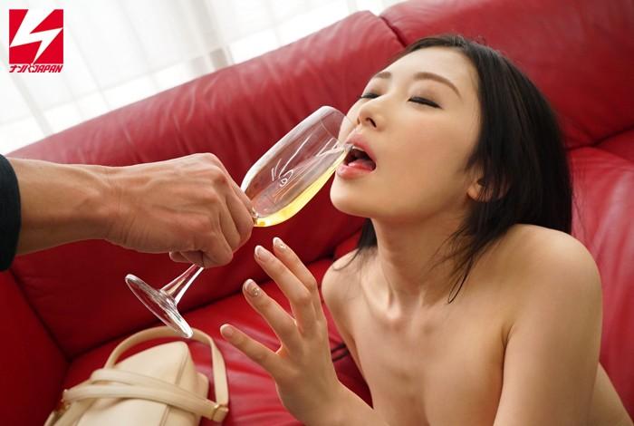 【お姉さん】「スパークリングワインの試飲をしてくれませんか?」お誘いした上品なお姉さまに媚薬入りドリンクを飲ませたら急変してエビ反り絶頂SEXしちゃいました! Vol.1 キャプチャー画像 3枚目