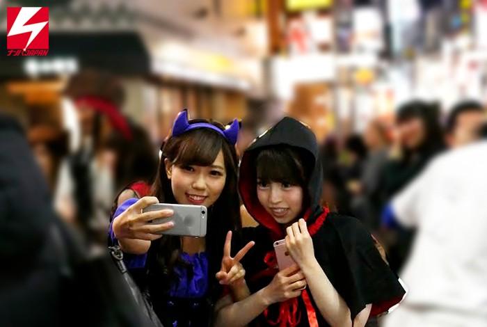 ハロウィンで賑わう渋谷で美少女2人組をGET!!賞金50万円レズビアンミッションをお願いしたら、お酒とコスった勢いで普段は真面目な優等生同士がハメを外して人生初のはっちゃけ親友レズプレイ 画像1
