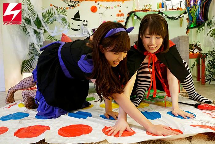ハロウィンで賑わう渋谷で美少女2人組をGET!!賞金50万円レズビアンミッションをお願いしたら、お酒とコスった勢いで普段は真面目な優等生同士がハメを外して人生初のはっちゃけ親友レズプレイ 画像3