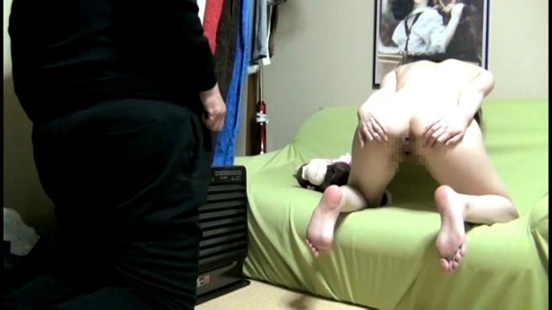 デカ親父に性教育されるチビ小○生 盗撮|無料エロ画像3
