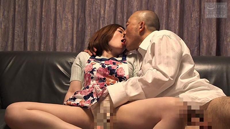 巨乳の人妻おばさん、本庄優花の不倫寝取られベロチュー無料動画!【浮気、ディープキス動画】