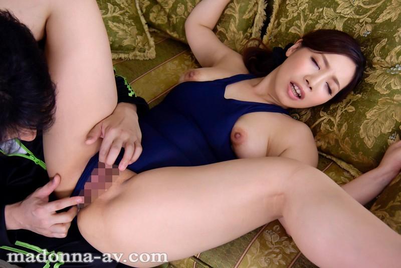 【人妻動画】石川明日美 人目を忍ぶおt語なのスイミング…全身波打つ淫らな腰つき…