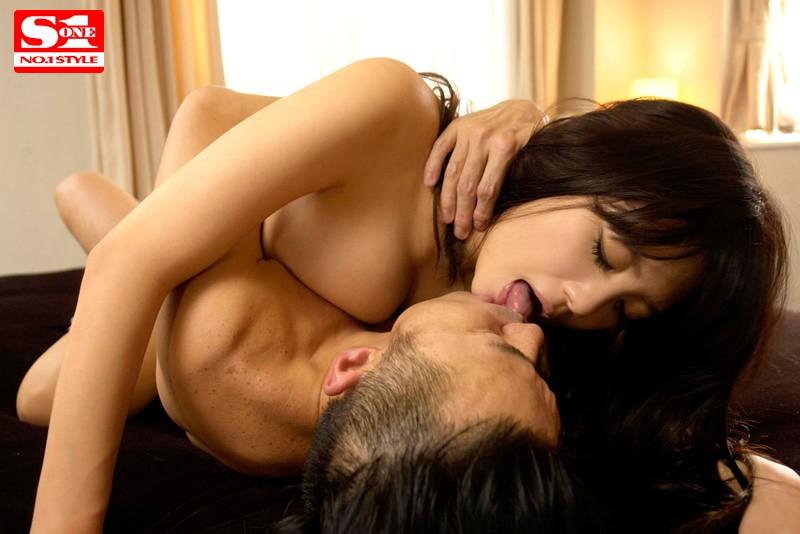 女性上位でジュルジュルべろべろ舌を絡ませ合う 積極ベロキス性交