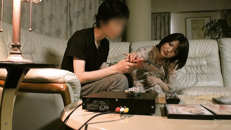 母と息子がAV鑑賞してたら…母のほうが辛抱できなくなって…4時間[okax00747][OKAX-747] 17