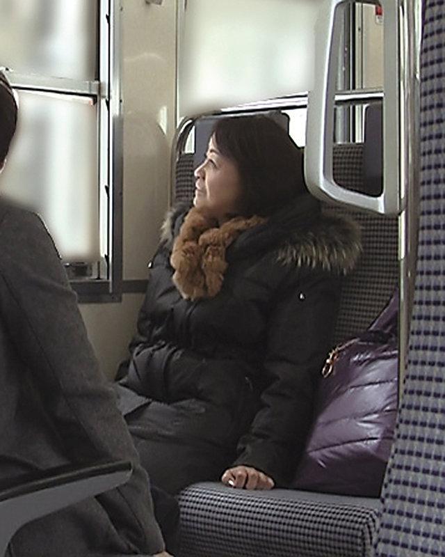 「まさか息子とヤッちゃうなんて…」母を旅行に誘って宿先でええ旅エロ気分にさせちゃってヤリ倒した近親相姦映像4時間
