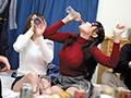 地方から東京に出てきた女子大生がバカにされないようにと、普段からお酒を結構飲んでて慣れてる風を装ってたが、実はほぼ飲み会初心者。だからペース配分が分からず最初からガンガン飛ばしていたため、誰よりも早く泥酔状態に!最終的にはキス魔と触り魔に変わり果て…のサムネイル