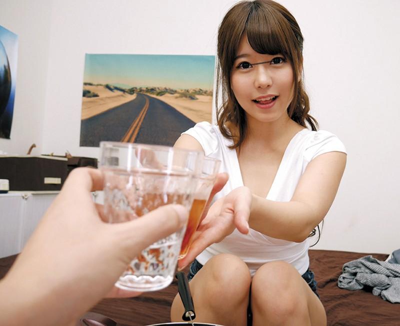 乾杯する涼海みさ