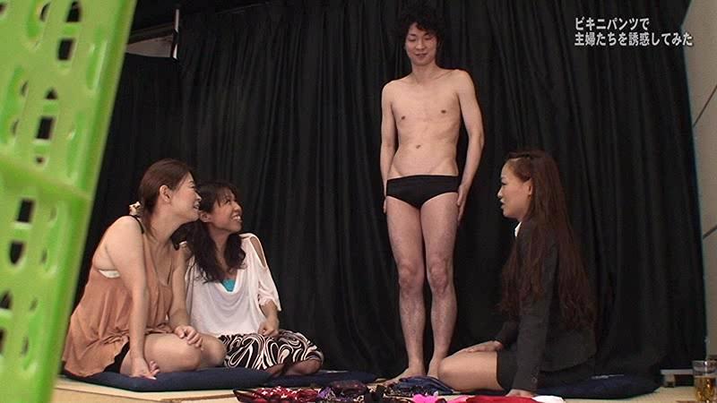チンポの形がくっきりわかるビキニパンツで欲求不満な主婦たちを誘惑してみた 画像4