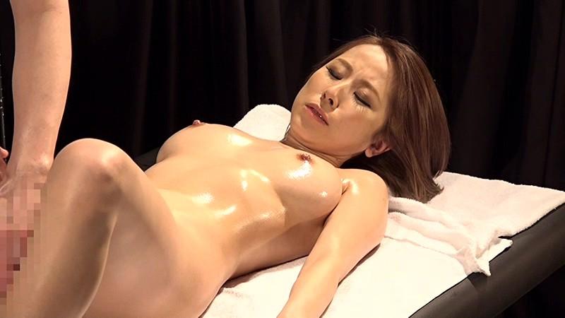 【乳首】スケベでエロい巨乳の奥様熟女の、オイル寝取られ昇天プレイがエロい!