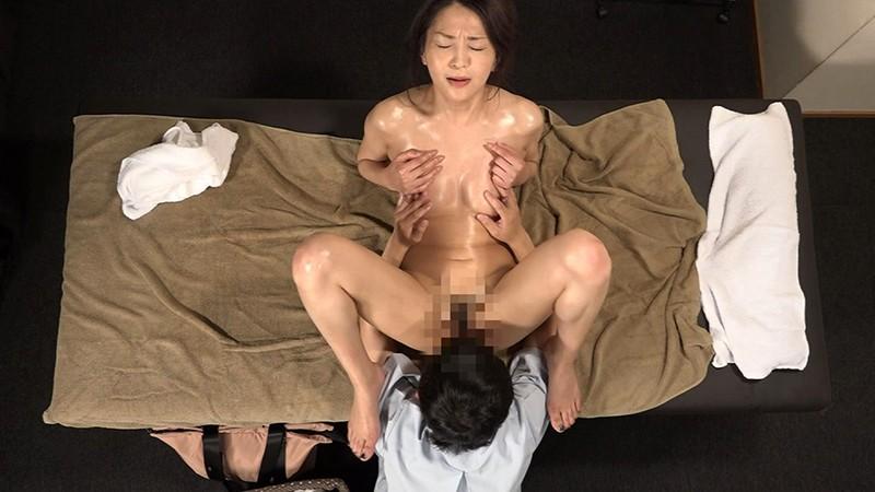 刑期を終えて出所したばかりの熟女は敏感なカラダに違いないので性感マッサージでとことんイカせてみた 画像12