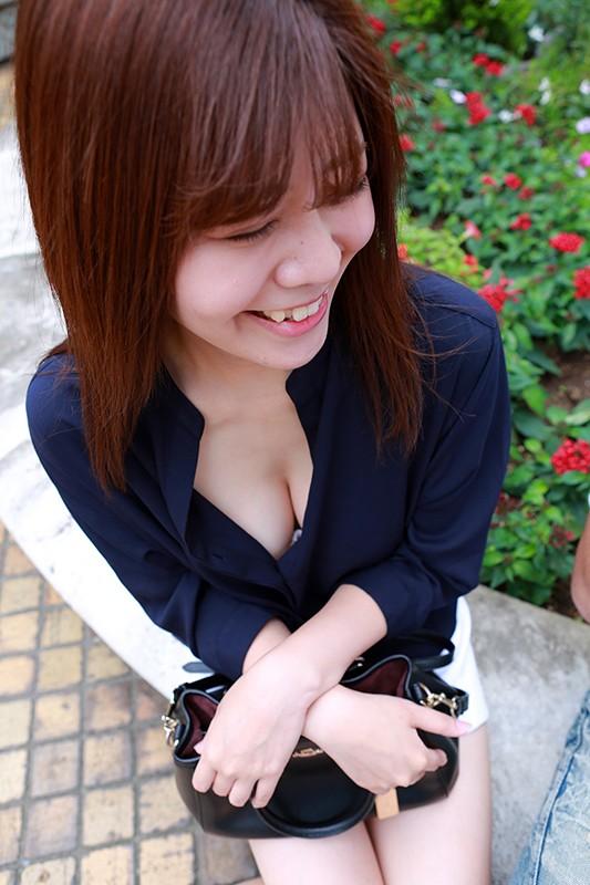 胸元が大きく開いたシャツの女がブラチラっていうか乳首チラしてたら絶対ナンパOKだし中●しできるに違いない 1枚目