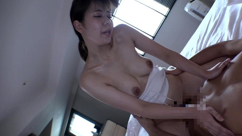 胸元が大きく開いたシャツの女がブラチラっていうか乳首チラしてたら絶対ナンパOKだし中●しできるに違いない 11枚目