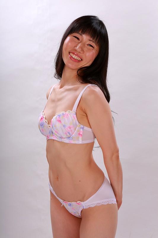 通販カタログの熟女下着モデルをホメまくっていい気分にさせてSEX