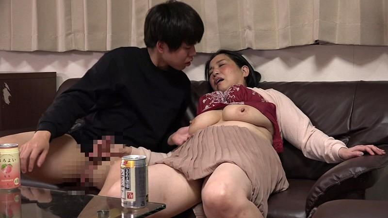 酔うといつもチンポを触ってくる義母と近●相姦SEXできるか試してみた(4)