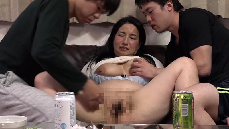 酔うといつもチンポを触ってくる義母と近●...