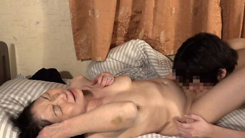 爆睡している女のおま●こをこっそりいじる9連発!(4)15
