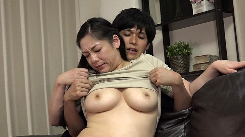 よく泊まりに来る母親の女友達が見事な巨尻...