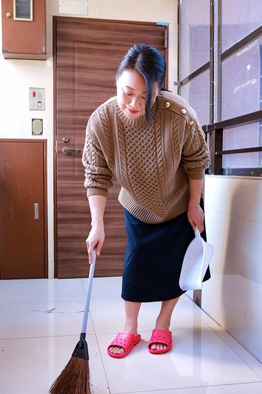 面倒見が良すぎるアパートの管理人のおばちゃんはポコチンの世話もしてくれるのか(10)