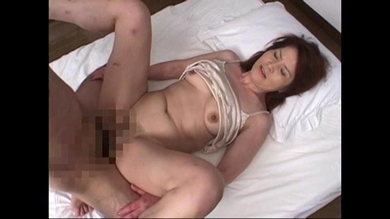 輪●レ●プ映像 犯●れ膣内射精され続けた五十路熟女 画像17